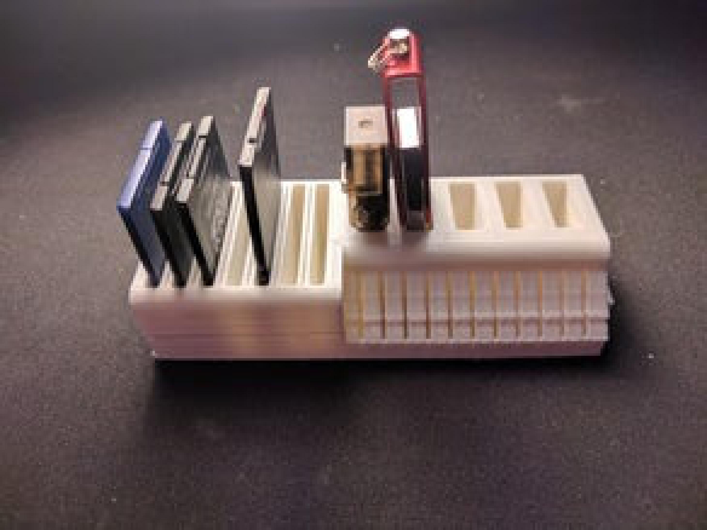 Özelleştirilebilir USB bellek ve SD kart tutucu